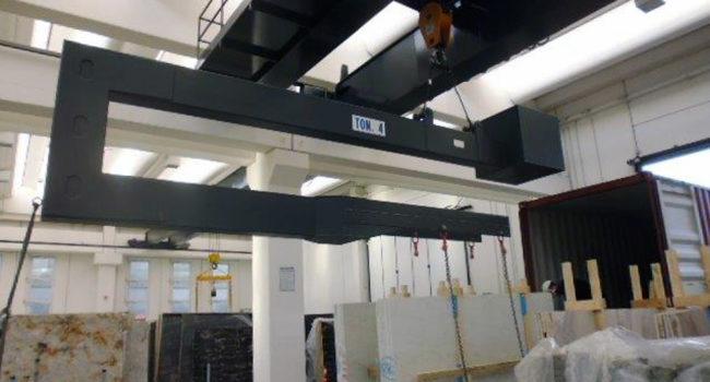 Bilancini di sollevamento carica container all'interno dell'azienda